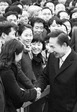 청와대 관계자 K의 반란에        박수 보내는 이유