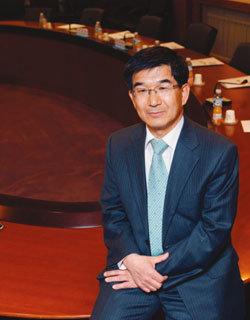 무료 영문법령 서비스 개시한 김기표 한국법제연구원장