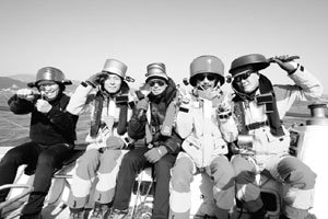 '집단가출' 중년 남성 14인의 요절복통 요트여행기