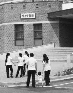 '새터민은 잠재적 간첩?'… 분노하는 탈북자 사회