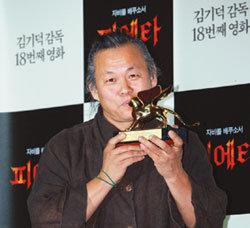 베니스영화제서 황금사자상 수상 김기덕 감독