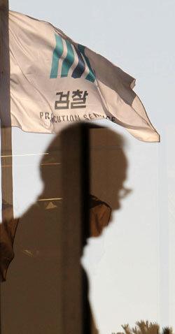 권력 좇던 해바라기 검찰 권력 칼날 앞에 벌벌 떨다