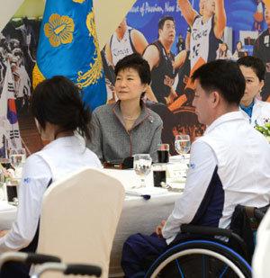 '박근혜 청와대'에 없는 3가지? 조찬, 만찬, 돌발행동