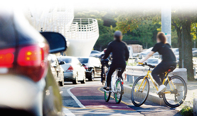 자전거로 씽 달리다 훅 간다