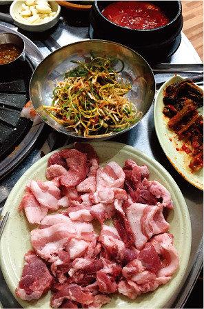 '뒷고기', 닭발, 칼국수…서민음식 천국