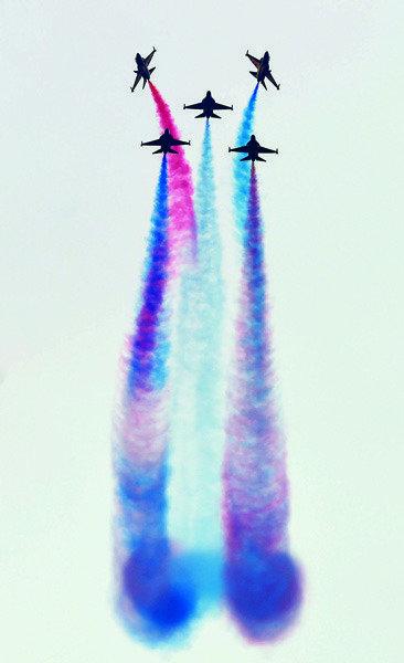비행기가 물들인 오색 하늘