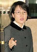 청와대 마이크에 입맞춤한 '첫 여성'