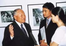 베트남 여인 사진전 '늙은 오빠' 인기캡