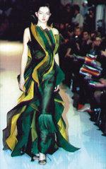 파리 패션계 휩쓴 '색채의 마술사'