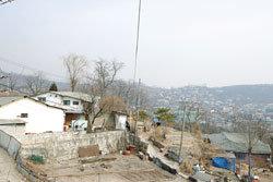 빈부의 유리벽 한 마을을 가르다
