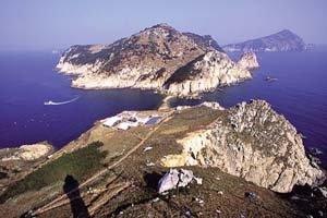 천태만상 기암이 반기는 '환상의 섬'