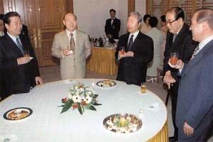 '구린 돈'이 한국 정치 목을 죈다