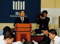 검찰총장 사퇴 … 진땀 뺀 회견