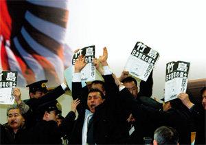 기업인 뒷돈, 정치인 억지, 反韓 감정 이용 여론조작