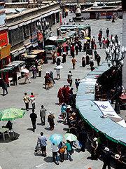 티베트 도시 라싸, 중국 옷으로 갈아입기