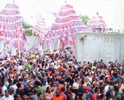 한여름 전시장에서 펼쳐지는 테크노뮤직 파티 '웜업'