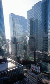 거대 삼성타운, 6층 꼬마빌딩에 '쩔쩔'?