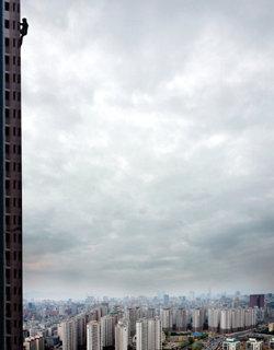 5분 만에 아파트 20층까지… 스파이더맨, 돈을 갖고 튀다