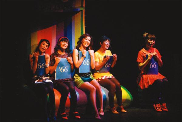 젊은 여성들, 고민을 노래하다