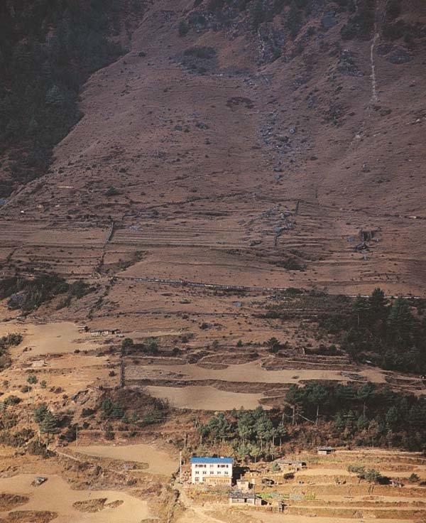 구도자의 모습 닮은  산속의 외딴 집 한채