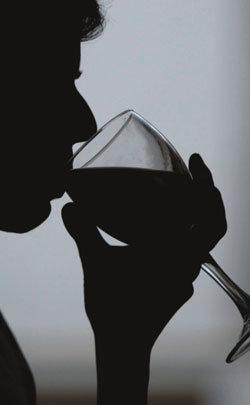 남성은 와인을 모으고 여성은 와인을 즐긴다