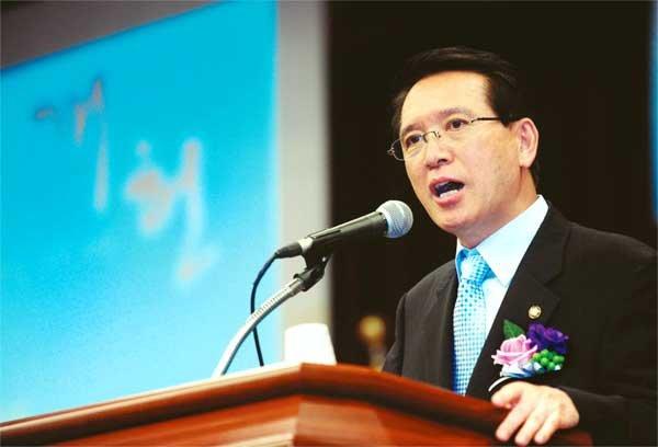 김형오 의장이 개헌 카드 뽑는 까닭은?