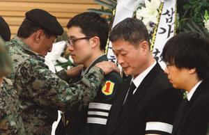 커가는 의혹 파도… 해군은 울고 싶어라