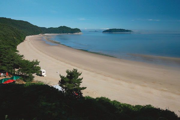 모래섬 신기루 품은 푸른 바다 위 파라다이스