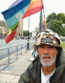 '불법 시위대' 몰아낸  돈키호테 런던 시장