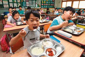급식 먹는 우리 아이들 도시락 추억도 상실
