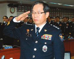 용산경찰서장 때(2005년 12월) 최재천 의원 집 찾아가 양주 마시며 인사청탁