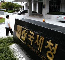 권혁 상대 소송 '국세청의 망신살'