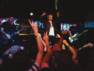 관객을 춤추게 만든 한국 록밴드