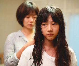 침묵의 섬마을 폭력에 노출된 소녀