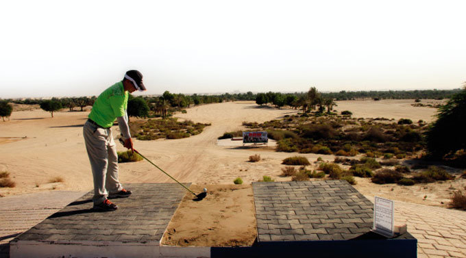 사방팔방 모래 '브라운' 그린 사막 골프는 '짜릿'