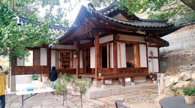 마을서재로 변신한 계동 옛집