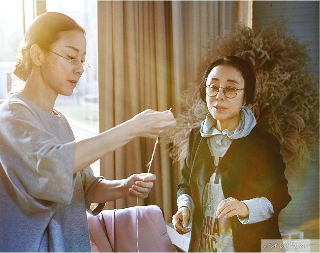 어머니의 이름으로  박   윤   정,  이   신   우