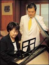 세계 일류 악기유통업체로 성장시킨 코스모스악기 민명술 정진숙 부부