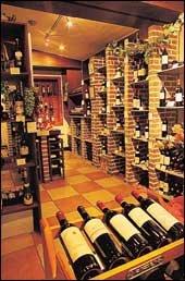 """""""가까운 와인 레스토랑에서 부부가 함께 즐겨보세요."""""""