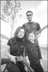클레이사격으로 건강과 행복 한방에 지키는 홍영기·김남미 부부