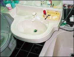 """""""망가진 곳을 말끔하게 고쳐 새 단장한 욕실, 남편이 가장 기뻐해요"""""""