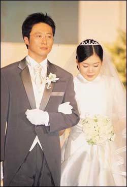 인터넷 비방, 음독 자살 기도설 모두 일축하고 화촉 밝힌 톱스타 박신양