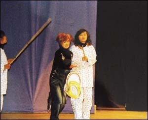 자신들의 체험 연극  무대에 올린 10대 가출 소녀들