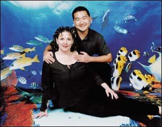온라인 채팅으로 만난 8세 연상의 간호사와 결혼한 성덕 바우만