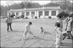 왜소증 딛고 5명의 아이들 돌보는 산골 마을의 '피터팬 아저씨' 김영수