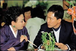 주부들을 위한 책방 열고, 빙의 치료 전도사로 나선 김수미