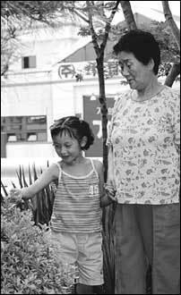 아빠는 가출하고 할머니는 한쪽 눈이 실명 직전, 소아당뇨 앓는 일곱살 슬기의 딱한 사정