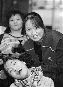 """새내기 주부 윤선자씨 """"한달에 두번 장애아들과의 만남 통해 삶의 보람 느껴요"""""""
