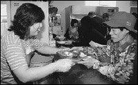 사랑의 밥 나눠주는 주부 장미정