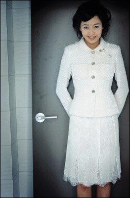 다양한 매력의 소유자 강성연의 패션 제안 Romantic Ruffle Power